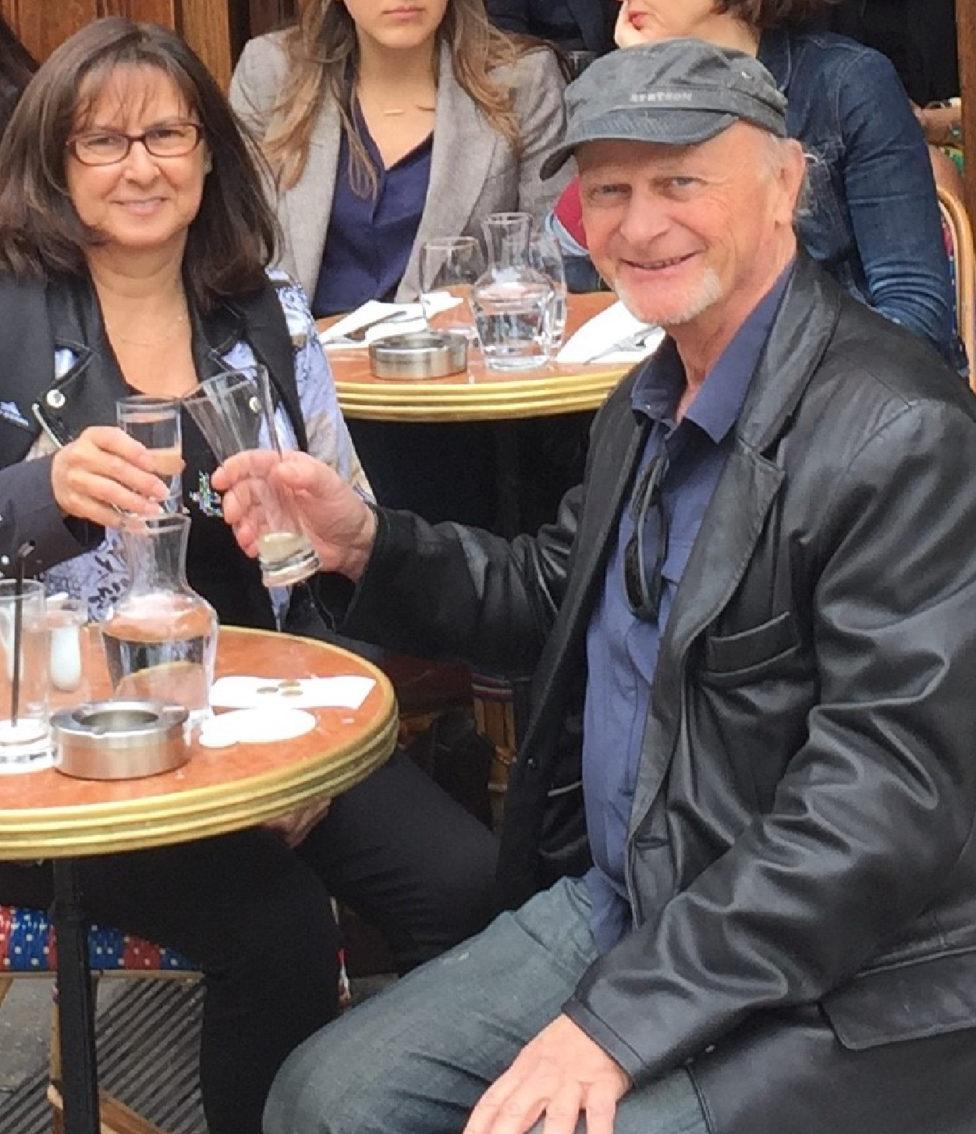Jean-Louis Mendrisse sur une terrasse à Paris, partageant un moment avec un membre de notre équipe de design.